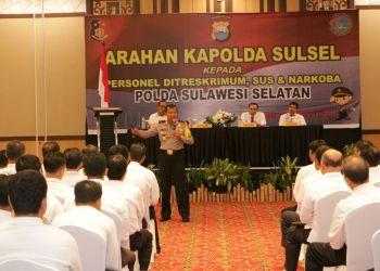 Kapolda Sulsel, Irjen Pol Umar Septono memberikan arahan kepada personil jajaran Polda Sulsel di Hotel Herper, Makassar, Rabu (28/2).