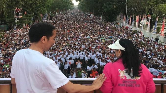 Presiden Jokowi Bersama Ibu Negara Jalan Sehat di Makassar