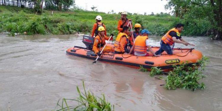 Tim SAR Gabungan bersama TNI-Polri melakukan pencarian bocah yang diduga tenggelam di sungai Amparita.