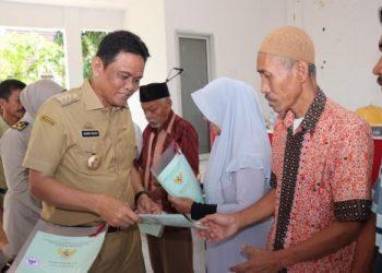 Bupati Barru, Suardi Saleh menyerahkan sertifikat tanah secara simbolis.