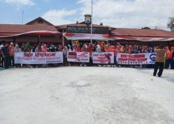Puluhan staf Rumah Sakit Arifin Nu'mang Rappang mendatangi kantor Polres Sidrap. Mereka membentangkan spanduk.