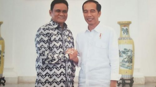 Bupati Barru, Suardi Saleh bersalaman dengan Presiden Joko Widodo saat bertemu beberapa waktu lalu. --foto dikutip dari tribunnews--