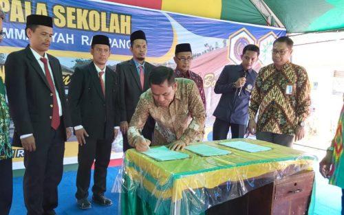 Wakil Bupati Sidrap, Mahmud Yusuf saat melakukan penandatanganan.