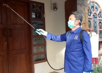 Nasdem Peduli, Tim Yasser Latief Semprot Disinfektan Rumah Warga