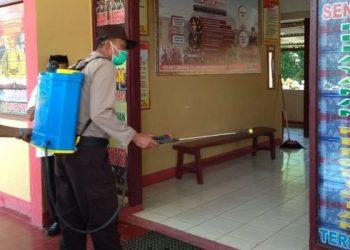 Antisipasi Corona, Polsek Libureng Semprot Disinfektan Pusat Keramaian