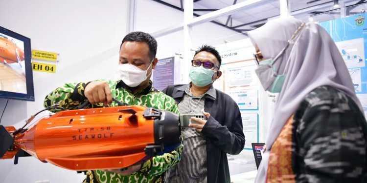 Plt Gubernur Sulsel, Andi Sudirman Sulaiman didampingi Rektor Unhas, Prof Dwia Aries Tina dalam peluncuran inkubator teknologi dan bisnis, di Fakultas Teknik Unhas, Gowa, Rabu (4/8/2021)