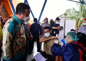 Plt Gubernur Sulsel, Andi Sudirman Sulaiman saat meninjau vaksinasi.  --foto : humas pemprov sulsel--