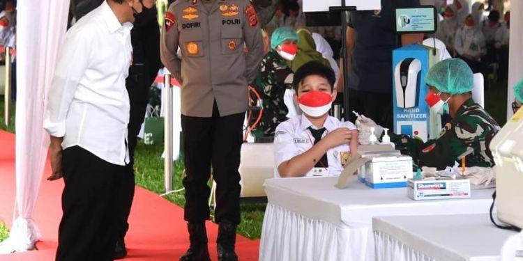 Presiden RI, Joko Widodo saat meninjau vaksinasi pelajar di Bogor. --Foto Biro Pers Sekretariat Presiden--