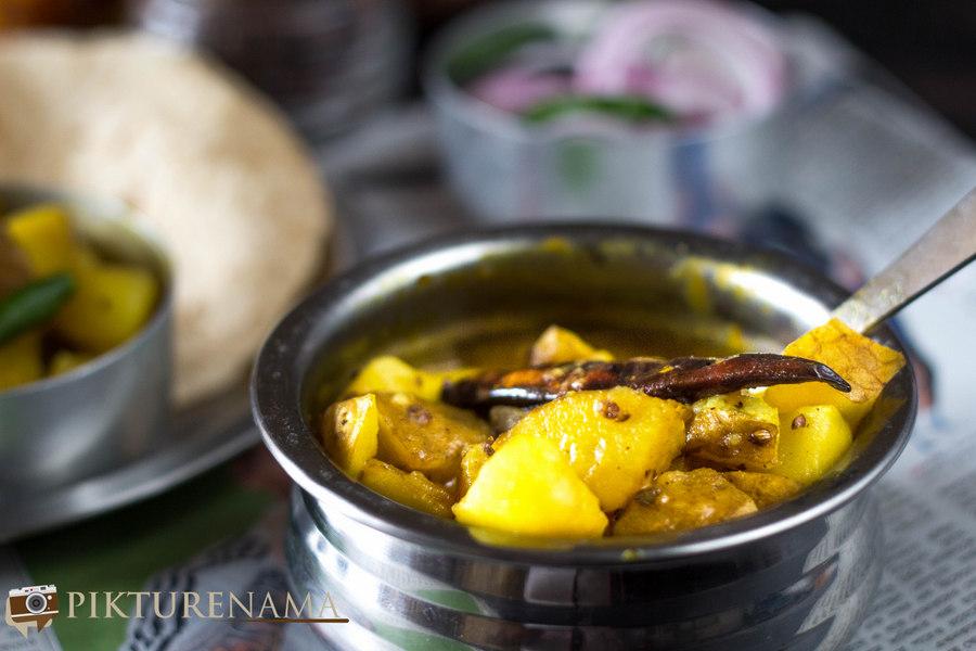 Alur torkari / Kolkata street style potato curry with skin