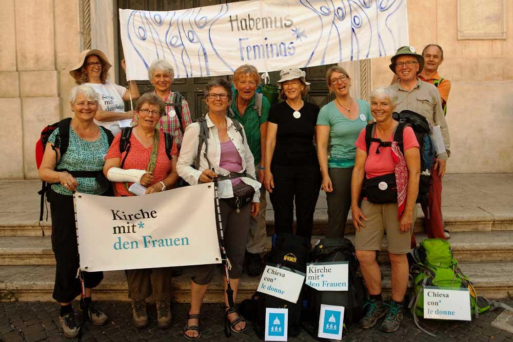 Pilgergruppe Kirche mit Frauen