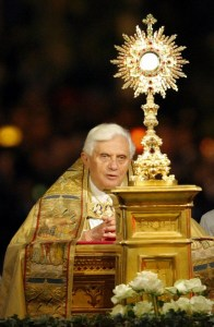 Pope Benedict XVI takes part in a candlelit Corpus Domini procession between the basilicas San Giovanni in Laterano and Santa Maria Maggiore in Rome May 22, 2008.  REUTERS/Alessandro Bianchi        (ITALY)