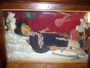 Il corpo del piccolo Marchesino Francesco Longhi conservato all'interno di una teca a Fumone