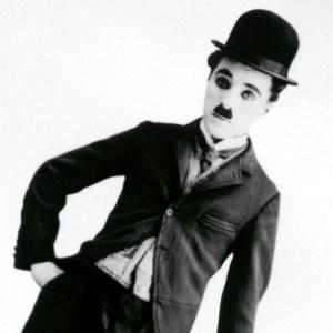 Charlie Chaplin nei panni del mitico Charlot