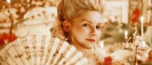 """Maria Antonietta (dal film """"Marie Antoinette"""", 2006). A sentença de brioches atribuído a ela é uma falsa história"""