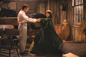 Uma cena de Gone with the Wind. Il vestito verde indossato da Vivien Leigh/Rossella O'Hara è tra quelli visibili alla mostra