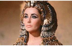 """Liz Taylor in """"Cleopatra"""". Die Perücken waren sehr beliebt im alten Ägypten"""
