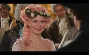 """Una scena tratta dal film """"Marie Antoinette"""". La regina amava molto il """"faraone"""", un gioco di carte"""