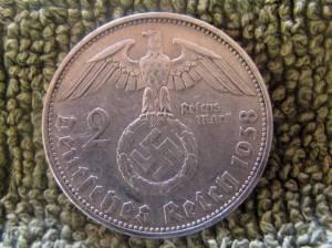 Una delle monete trovate nel probabile rifugio nazista scoperto in Argentina