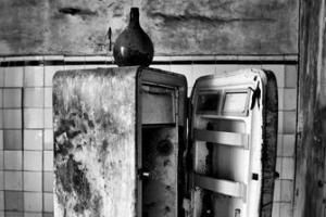 Un vecchio modello di frigorifero domestico