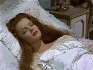 Sissi estaba durmiendo en una almohada con la almohada de seda