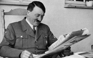 Adolf Hitler em seu estúdio