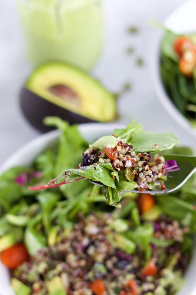 Ensalada con frijol y quinoa y aderezo de cilantro y menta