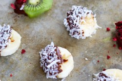 Fruta congelada con chocolate. Chocolate covered frozen fruit bites