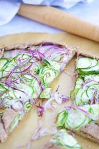 Galette de zucchini, rellena de almendras y en una costra 100% vegana.