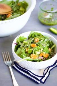 Ensalada con mandarinas, hojas verdes, y una vinagreta picosita de jalapeño, menta y cilantro.