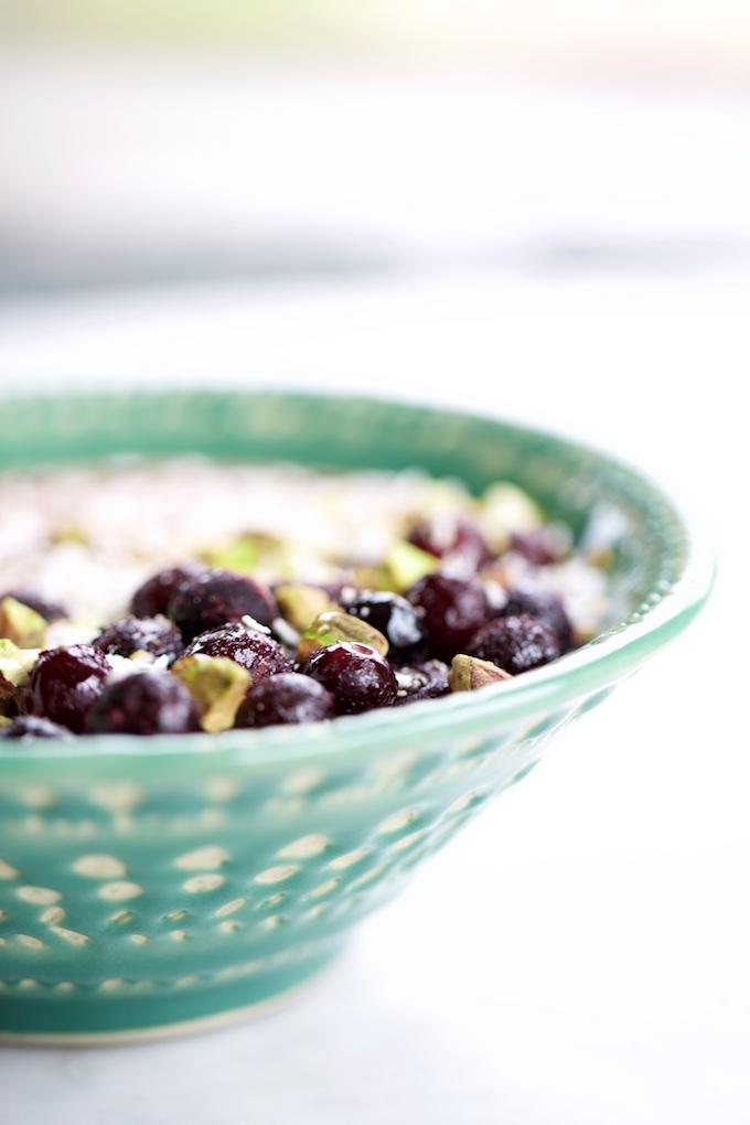 acai smoothie en un bowlcon moras azules y pistaches