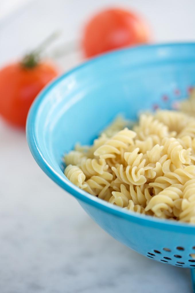 Pasta sencilla con brocollini y tomate