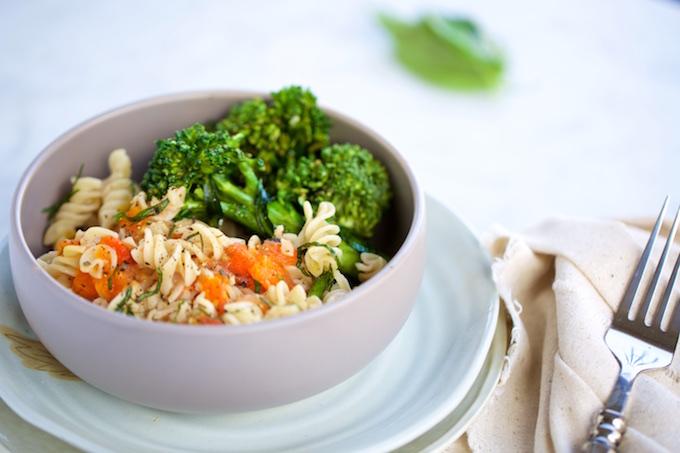 Pasta sencilla de broccolini y tomate.