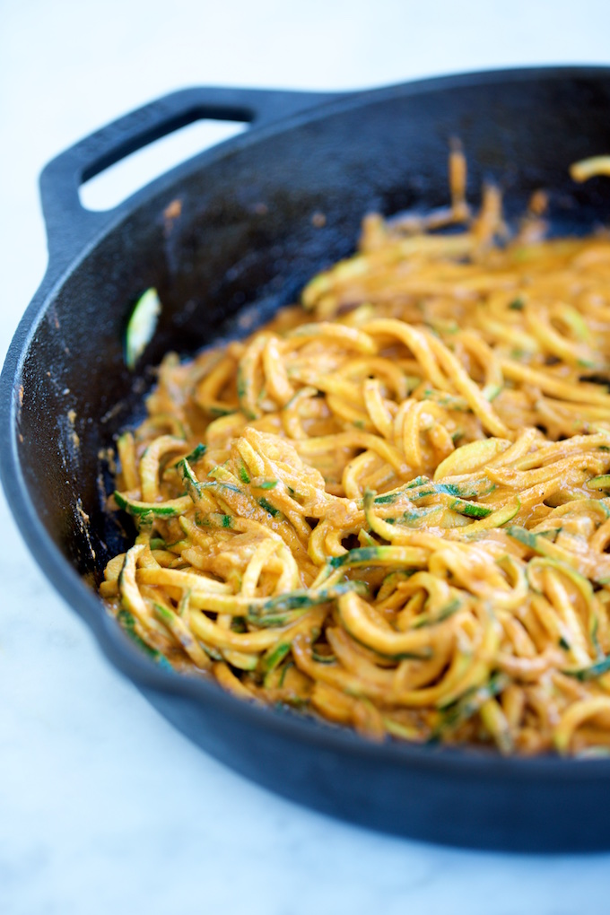 Noodles de zucchini con salsa de pimiento.P&V