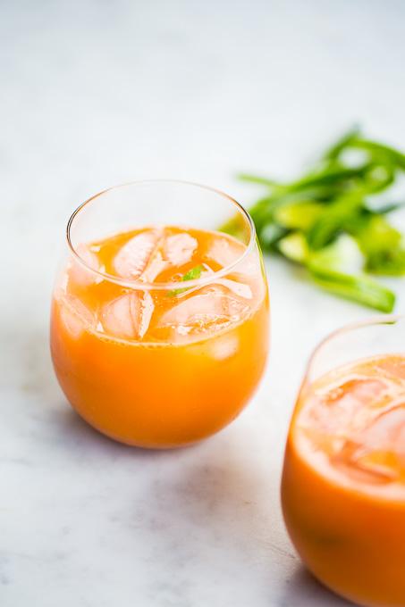 jugo naranja de zanahoria y pepino.