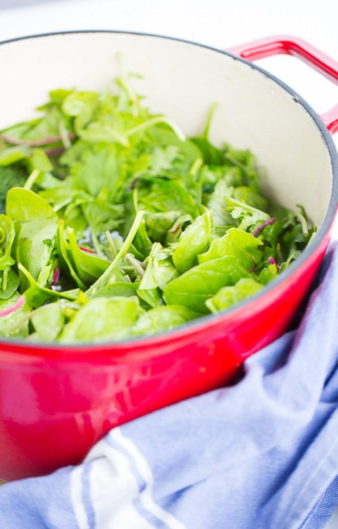 hojas verdes en olla para hacer sopa