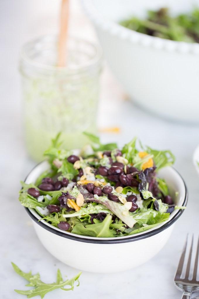 Ensalada de lechugas y aderezo de cilantro.