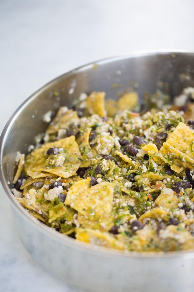 Tofu con totopos, frijoles negros, y salsa. También pueden ser vegan migas . Tofu with corn chips, or vegan migas.