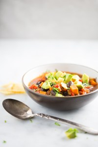 Chili con frijol negro y camote, vegano. Vegan black bean chili with sweet potato.