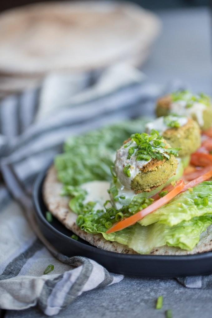 Falafel con cilantro en pita con salsa de tahini, vegano.