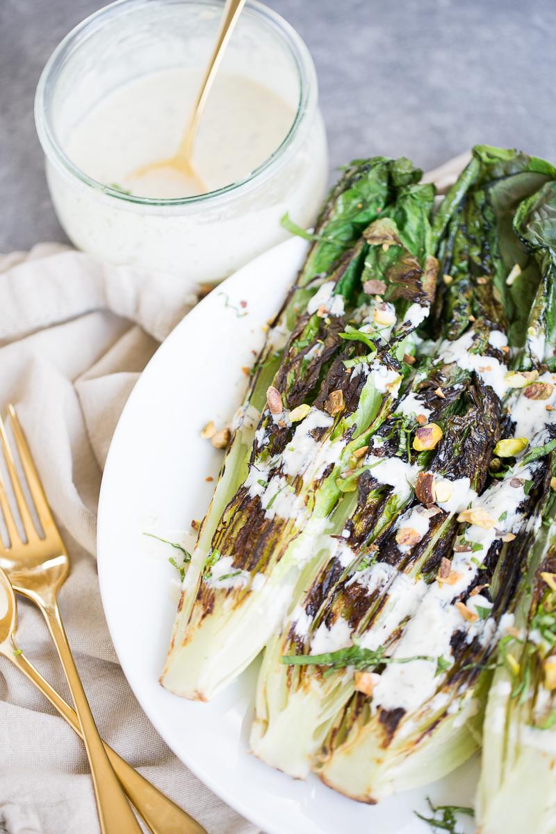 Lechuga romana asada con aderezo de tahini. Vegan grilled romaine salad.