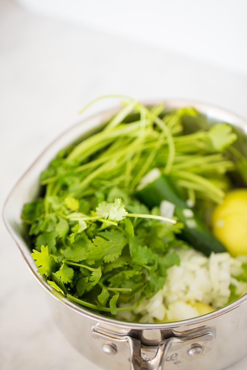 ingredientes para hacer salsa verde en una olla