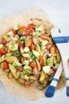 Receta de ensalada de papas rostizadas con chile anch y pico de gallo con aguacate.