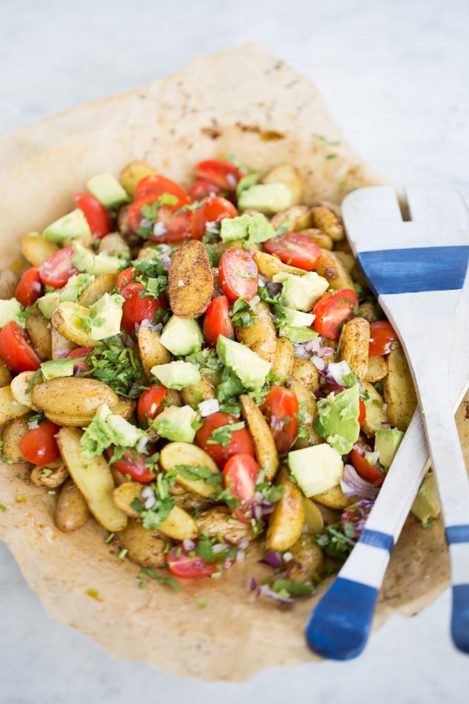 ensalada de papas rostizadas con chile y pico de gallo con agauacate
