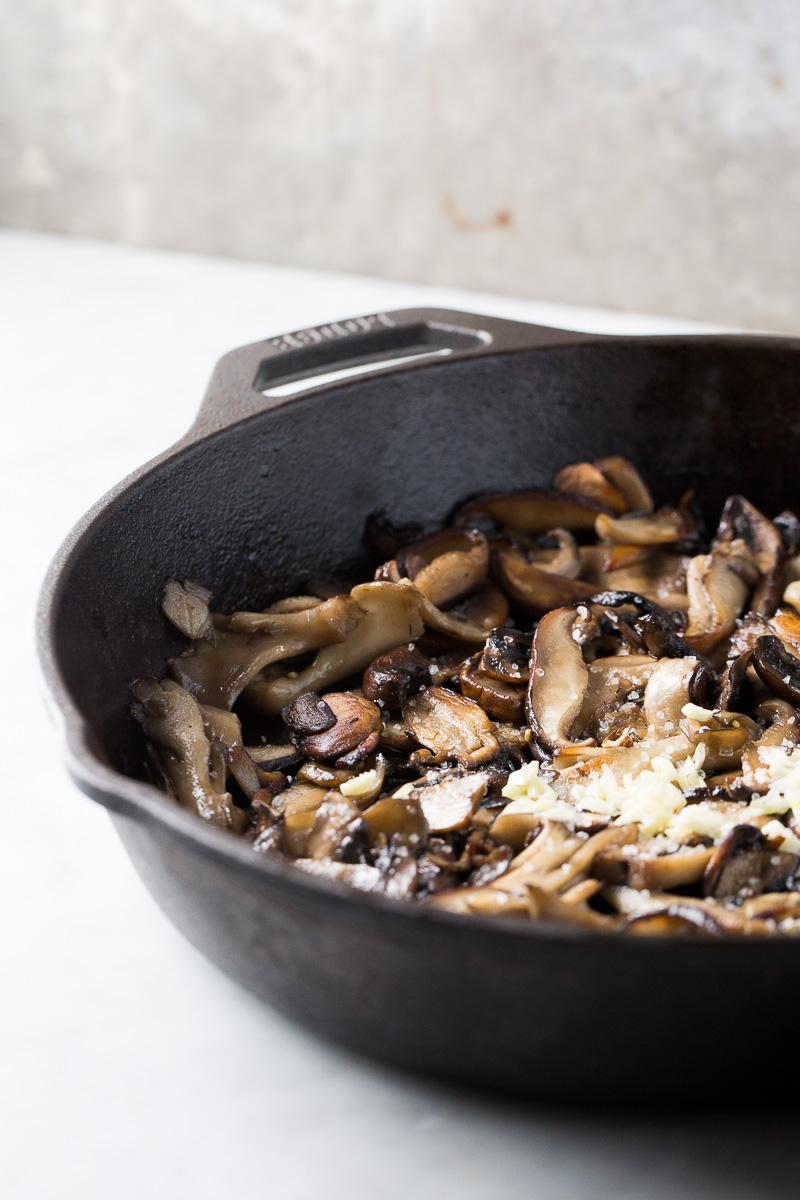 Receta de hummus basico con champiñones rostizados, botana vegana deliciosa y rápida de hacer.
