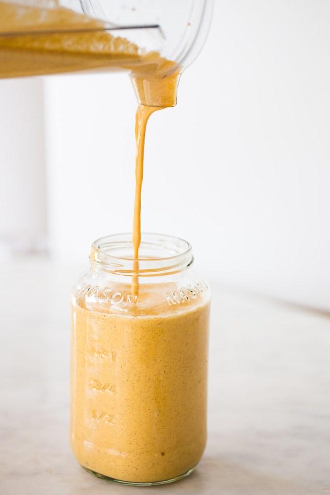Sirviendo smoothie narnaja a un frasco