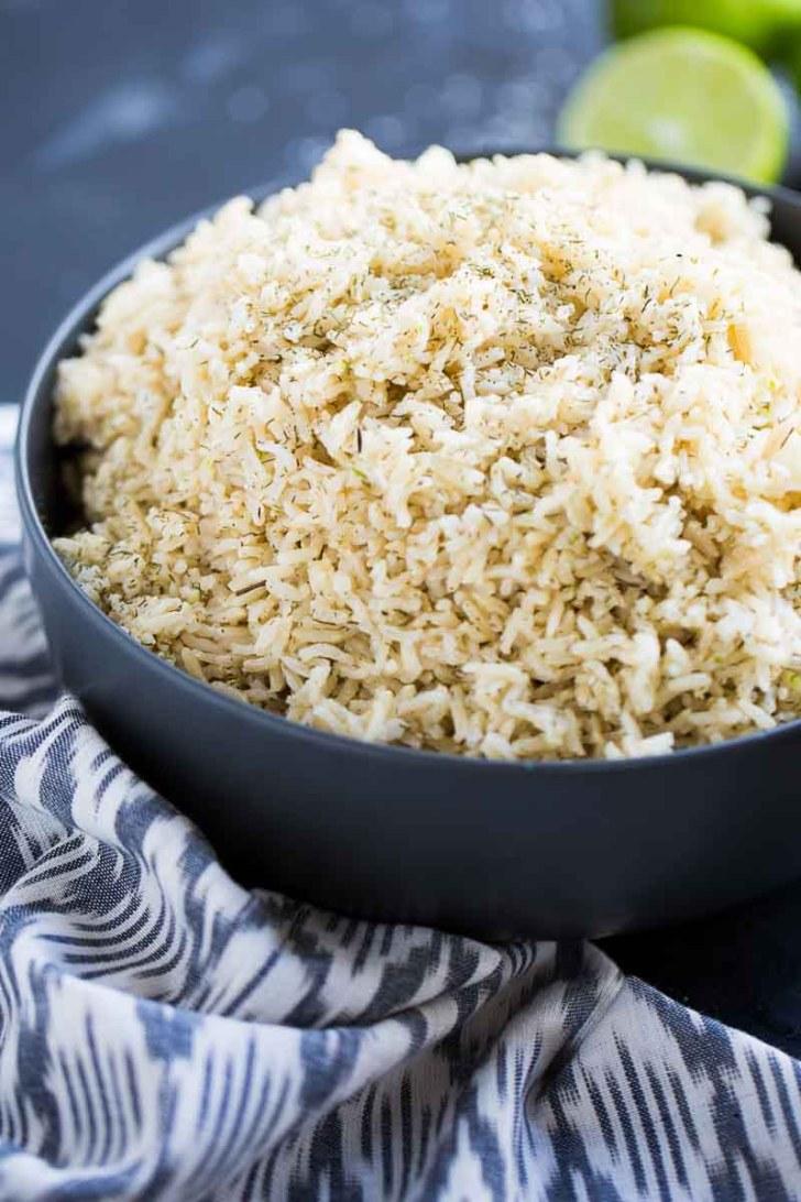 arroz integral en un platón