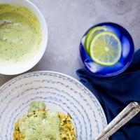 Tortitas de zucchini (calabacita) y quinoa con pesto-mayo