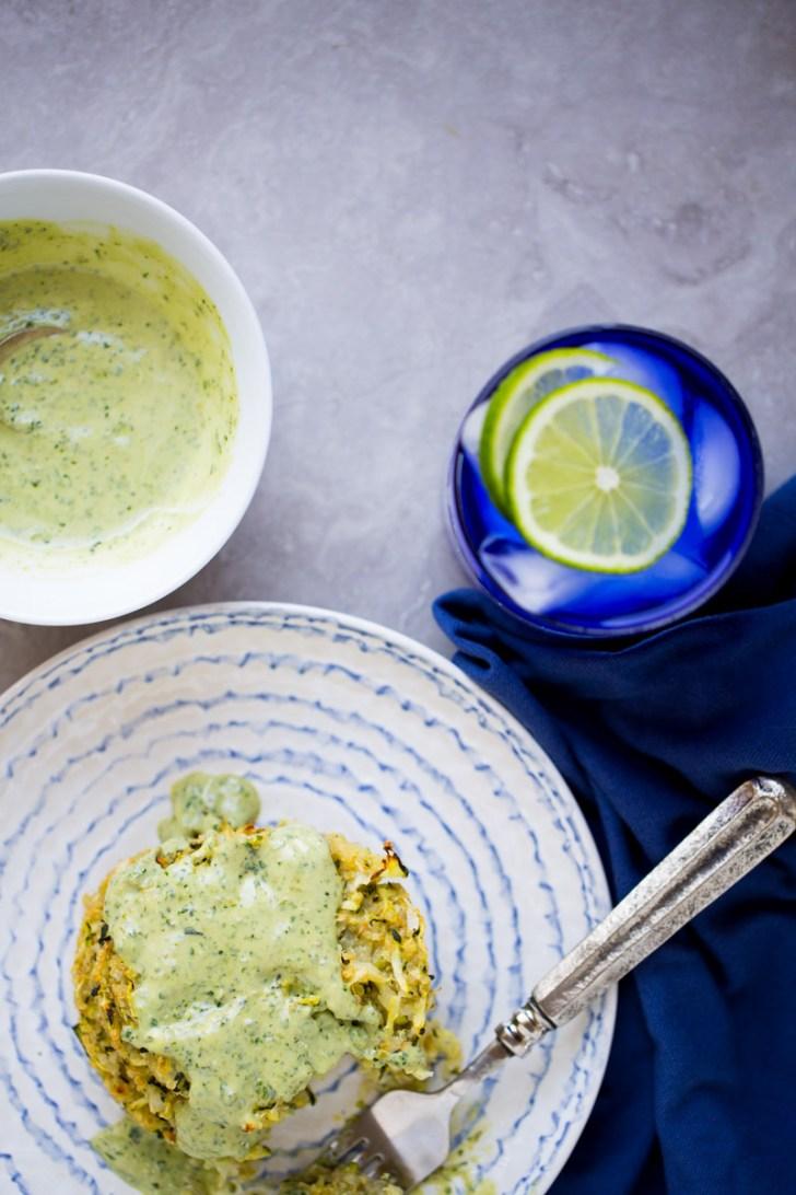 Tortitas de zucchini o calabacín con quinoa y pesto-mayo
