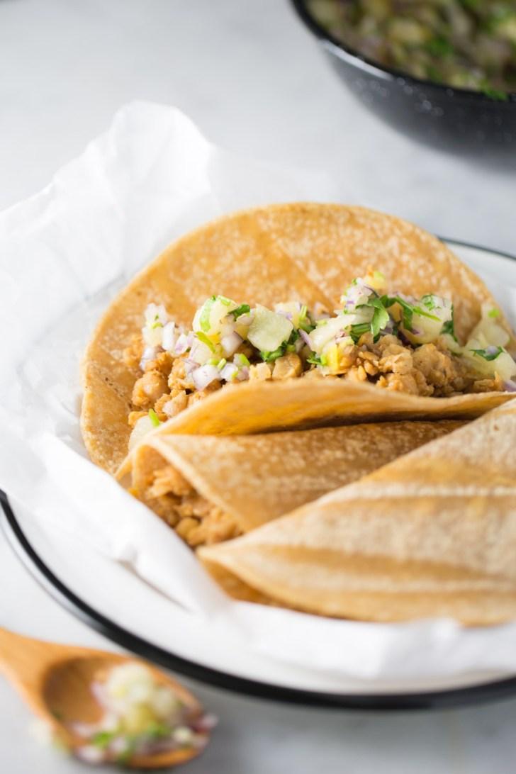 Receta de tacos de garbanzo con salsa de piña.