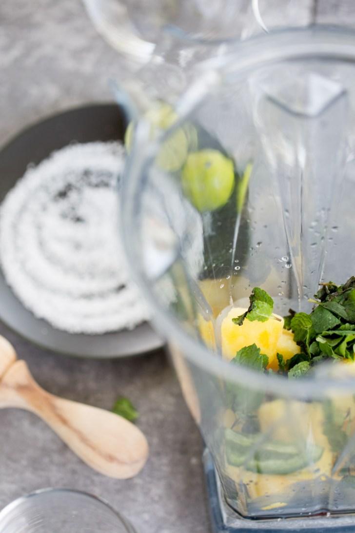 ingredientes en la licuadora para hacer bebidas de piña